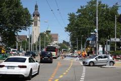 Neue Stellen I: Im Neudorf werden die Bushaltestellen ausgebaut. Die Arbeiten an diesem Verkehrsknoten sind mit Behinderungen für den Autoverkehr verbunden. (Bild: Reto Voneschen)