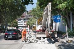 Instandstellung der Torstrasse: Der neben der Baustelle vorbeirollende Verkehr brigt auch für die Bauarbeiter Risiken. (Bild: Ralph Ribi)
