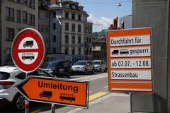 Grossbaustelle hinter dem Hauptbahnhof: Die Rosenbergstrasse ist während der Sommerferien nur einspurig befahrbar, was Umleitungen und umfangreiche Signalisationen nötig macht. Am Blumenbergplatz werden bereit Lastwagen und Cars aussortiert. (Bild: Reto Voneschen)