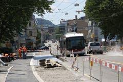 Bald einmal wird der Bus wieder am gewohnten Ort in der neu erstellten Haltestelle stoppen. Derzeit bedient er noch provisorische Haltestellen an der Rorschacher Strasse vor der Neudorf-Kreuzung. (Bild: Reto Voneschen)