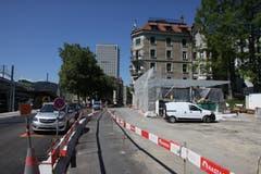 Neben der Strassenbaustelle nimmt hinter dem Hauptbahnhof der Aufgang der Rathaus-Unterführung langsam Gestalt an. (Bild: Reto Voneschen)