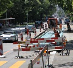 Neue Haltestellen II: Ein ähnliches Bild wie im Neudorf bietet sich derzeit auf der Rorschacher Strasse beim Kantonsspital. Auch hier werden die Haltestellen saniert. (Bild: Reto Voneschen)
