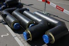 Rohre fürs Fernwärmenetz liegen auf dem Installationsplatz an der Vonwilstrasse zum Einbauen bereit. (Bild: Reto Voneschen)