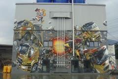 Grosses Wandbild an einem Gebäude des Transportunternehmens Gloggner in Perlen von Ezra Pirk. (Bild: PD)
