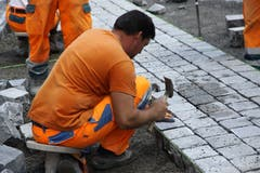 Präzisionsarbeit mit Pflastersteinen und Hammer. (Bild: Reto Voneschen)