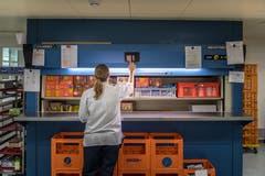 Der riesige Economat, der interne Laden: Hier können die Stationen und Abteilungen Artikel wie Tee, Kaffee, Wasser oder Guezli bestellen. (Bild: Michel Canonica)