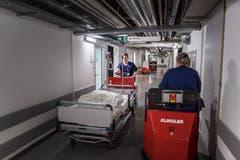 Der nächste Auftrag: Gaby Roth unterwegs zum nächsten Patienten. (Bild: Michel Canonica)
