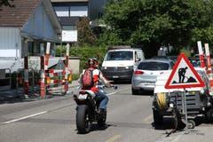 Engpass an der Fürstenlandstrasse: Nicht nur Grossbaustellen, auch kleine Löcher in der Strasse können die Geduld der Motorrad- und Autofahrer auf die Probe stellen. (Bild: Reto Voneschen)
