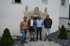 Die Handwerker Bruno Roduner, Markus Graf und René Bernegger mit dem Hausbesitzer Markus Göldi (zweiter von rechts).