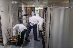 In der Küche werden die Chromstahlwagen bestückt. (Bild: Michel Canonica)