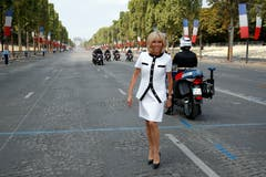 Brigitte Macron posiert auf der Champs Elysees. (Philippe Wojazer/Pool Photo via AP)