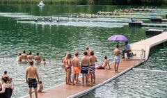 Gäste der Rotsee-Badi haben einen perfekten Blick auf den Start der Wettkämpfe. (Bild: Boris Bürgisser (Luzern, 14. Juli 2018))