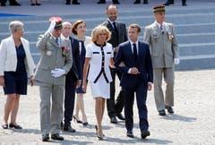 General Francois Lecointre (links), Präsident Emmanuel Macron (rechts) und seine Gattin Brigitte Macron verlassen nach der Parade die Tribüne. (Bild: Thierry Chesnot/Getty Images)