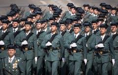 Thema der Feierlichkeiten in diesem Jahr war «Waffenbrüderschaft»: Auch spanische Polizisten, belgische Panzer und ein deutsches Militärflugzeug nahmen an der Parade teil. Hier spanische Gendarmen der Kompanie «Valdemoro». (Bild: Keystone/EPA)