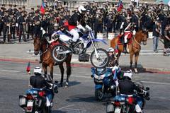 Wagemutige Motorradfahrer vollführen mit ihren Maschinen tollkühne Kunststücke. (AP Photo/Francois Mori)