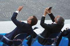 Frankreichs Präsident Emmanuel Macron (links) kommt wohl gegenüber Singapurs Premierminister Lee Hsien Loong in Erklärungsnot. (Bild: AP Photo/Francois Mori)