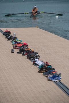 Auf einem Steg deponieren die Ruderer ihre Schuhe, bevor sie ins Boot steigen. (Bild: Boris Bürgisser (Luzern, 14. Juli 2018))
