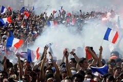 Tausende verfolgten den WM-Final in Paris auf dem Champ de Mars (Bild: Laurent Cipriani / AP)