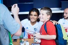 Francisco Rodriguez posiert für einen Fan (Bild: Jakob Ineichen (Luzern, 15. Juli 2018))