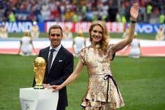 Der ehemalige deutsche Fussballer Philipp Lahm und das russische Model Natalia Vodianova brachten den WM-Pokal ins Stadion. (Bild: Facundo Arrizabalaga / EPA)