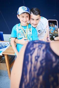 Innenverteidiger Stefan Knezevic posiert mit einem jungen FCL-Fan vor dem Smartphone dessen Mutter. (Bild: Jakob Ineichen (Luzern, 15. Juli 2018))
