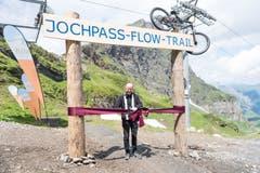 Der Engelberger Pfarrer Pater Patrick Ledergerber gibt den neuen Bike-Trail frei.