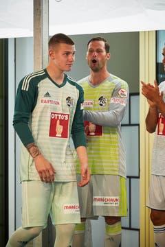 FCL-Urgestein David Zibung (hinten) feiert seinen Teamkollegen Loïc Jacot bei der Präsentation der Mannschaft an. (Bild: Jakob Ineichen (Luzern, 15. Juli 2018))