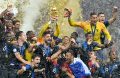 Frankreich feiert den Weltmeistertitel. Mit dem Pokal: Torhüter Hugo Lloris (Bild; Martin Meissner / AP)