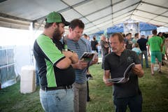 Gaudenz Thomann (Mitte) nutze die Alpview Sale als Verkaufsplattform. (Bild: Ralph Ribi)