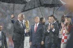 Fifa-Präsident Gianni Infantino, Russland-Präsident Vladimir Putin, Frankreich-Präsident und die kroatische Präsidentin Kolinda Grabar-Kitarovic bei der Pokalübergabe (Bild: Natacha Pisarenko / AP)