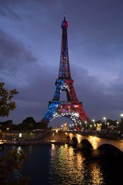 Zu Ehren des Weltmeistertitels strahlt der Eiffelturm in den französischen Farben (Bild: Caroline Blumberg / EPA)