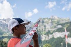 Dieser junge Teilnehmer wird seinen Flieger gleich auf die Reise schicken. (Bild: Urs Flüeler/Keystone, Engelberg, 15. Juli 2018)