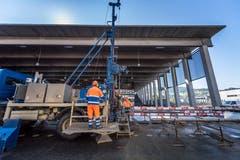 Vor der Halle 9 ist eines der Zweierteams am Werk: Bohrmeister und Bohrgehilfe bedienen die Maschine der Kibag Bohrungen AG. (Bild: Michel Canonica)