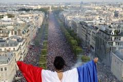 Die Champs-Elysees ist eine einzige Festhütte (Bild: Guillaume Horcajuelo / EPA)