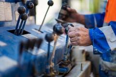 Bedient wird die Maschine vom Bohrmeister... (Bild: Michel Canonica)