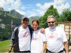 Das Besitzertrio des Gasthaus Schwand hat den Schweizer Papierfliegerwettbewerb ins Leben gerufen. Von links: Marcel Krauer, Kristin Felder und Heini Surber. (Bild: Carina Odermatt, Engelberg, 15. Juli 2018)