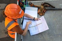 Geologin Anja Pestalozzi leitet die Arbeiten und wird die Bohrkerne später auswerten. (Bild: Michel Canonica)