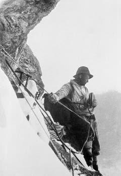 Auch Bergsteiger brauchen Mittagspause: Heinrich Harrer ist ein Butterbrot. (Bild: Keystone/ Photopress-Archiv/ Str)