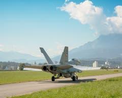 Ein Kampfjet des Typs F/A-18D der Schweizer Luftwaffe rollt zum Start in Emmen LU.