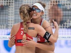 Wie im Bild am World-Tour-Turnier in Gstaad können sich Nina Betschart (links) und Tanja Hüberli auch an der EM in den Niederlanden freuen: Gruppensieg und Achtelfinal-Einzug (Bild: KEYSTONE/PETER SCHNEIDER)