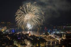 Das Feuerwerk im Luzerner Seebecken vom Samstag, 30. Juni 2018, welches von einem Sponsor organisiert wurde und im Zusammenhang mit der Praemierung des Art-Deco Hotel Montana zum Hotel des Jahres steht. Zur gleichen Zeit wurde in der Stadt Luzern das Luzerner fest gefeiert. (KEYSTONE/Urs Flueeler)