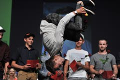 Nino Epp macht aus Freude über den besten Abschluss im Maurerberuf auf der Bühne einen Salto. (Bilder: Urs Hanhart, Altdorf, 2. Juli 2018)