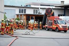 Die Feuerwehren Buchs und Wartau sind beim Krempel im Übungseinsatz, der Grosslüfter saugt Rauch aus dem Gebäude. (Bild: Hansruedi Rohrer)