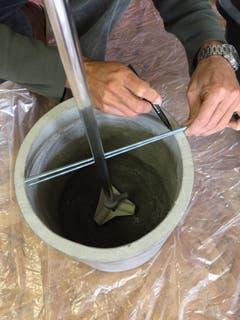 Grundlage für den Sockel bildet ein Blumentopf, z. B. aus Ton oder Beton. Zu Beginn wird das unterste Rohr der Gartendusche mitsamt Fussbefestigung im Topf platziert. (Bild: Migros)
