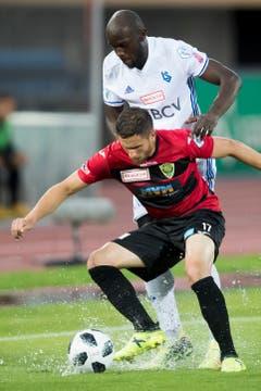 Der Krienser Saleh Chihadeh (vorne) blockt gegen Igor Nganga von Lausanne-Sport. (Bild: Jean-Christophe Bott / Keystone)