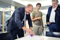 Auch der Weinfelder Gemeindepräsident Max Vögeli, Regierungsrätin Monika Knill und Beat Brüllmann, Leiter vom Amt für Volksschule haben einen Einblick in die Kurse erhalten. (Bild: Sabrina Bächi)