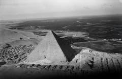 Walter Mittelholzer erlangte internationale Bekanntheit mit seinen Auslandflügen. Diese Aufnahme zeigt die Pyramiden von Gizeh.