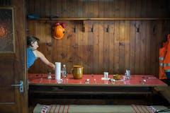 Sibylle Reinhard kocht in der Hüfihütte für die Arbeiter. (Bild: Dominik Wunderli, Bristen, 18. Juli 2018)