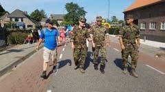Die Schweizer Delegation mit dem Luzerner Regierungsrat Paul Winiker (ganz links) auf ihrem Weg durch Nijmegen. (Bild: Peter Soland)