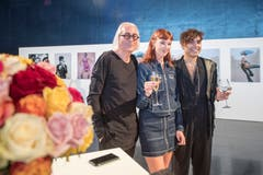 Festival-Direktor Urs Leierer (links) mit Fotografin Leonn Ward und Musiker Keir beim Auftakt zum Blue Balls Festival (Bild: Urs Flüeler (Keystone, 20. Juli 2018))